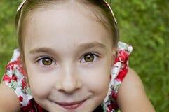 Κορίτσι που φαίνεται επάνω και που φθάνει για τη κάμερα στοκ εικόνα με δικαίωμα ελεύθερης χρήσης