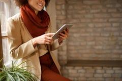 Κορίτσι που φαίνεται κάνοντας σερφ Διαδίκτυο στο iPad στοκ εικόνα με δικαίωμα ελεύθερης χρήσης