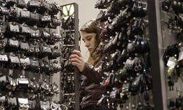 Κορίτσι που φαίνεται κόσμημα σε ένα κατάστημα κατά τη διάρκεια της μαύρης Παρασκευής Στοκ φωτογραφία με δικαίωμα ελεύθερης χρήσης