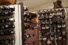 Κορίτσι που φαίνεται κόσμημα σε ένα κατάστημα κατά τη διάρκεια της μαύρης Παρασκευής Στοκ Εικόνες