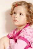 κορίτσι που φαίνεται λυπημένος μικρός επάνω στοκ εικόνες