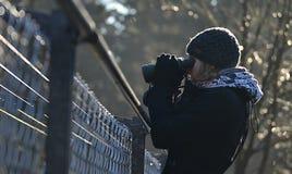 Κορίτσι που φαίνεται throuhg διόπτρες πέρα από το φράκτη καλωδίων Στοκ Εικόνες