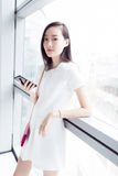 Κορίτσι που φορά ένα άσπρο φόρεμα Στοκ εικόνα με δικαίωμα ελεύθερης χρήσης