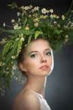 Κορίτσι που φορά ένα στεφάνι των wildflowers στοκ εικόνα με δικαίωμα ελεύθερης χρήσης