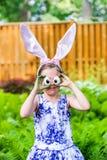 Κορίτσι που φορά τα αυτιά λαγουδάκι και τα ανόητα μάτια αυγών Στοκ φωτογραφίες με δικαίωμα ελεύθερης χρήσης