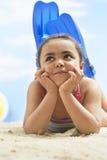 Κορίτσι που φορά τα βατραχοπέδιλα στην παραλία στοκ εικόνες