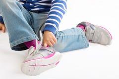 Κορίτσι που φορά τα παπούτσια Στοκ εικόνα με δικαίωμα ελεύθερης χρήσης