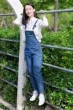 Κορίτσι που φορά τα περιστασιακά ενδύματα Στοκ Εικόνες
