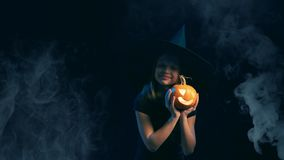 Κορίτσι που φορά τη μαύρη εκμετάλλευση Jack-ο ` καπέλων μαγισσών - φανάρια φιλμ μικρού μήκους
