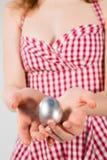 Κορίτσι που φορά το κοστούμι λαγουδάκι Πάσχας με τα αυγά στο καλάθι Στοκ εικόνα με δικαίωμα ελεύθερης χρήσης