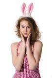 Κορίτσι που φορά το κοστούμι λαγουδάκι Πάσχας με τα αυγά στο καλάθι Στοκ εικόνες με δικαίωμα ελεύθερης χρήσης