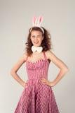 Κορίτσι που φορά το κοστούμι λαγουδάκι Πάσχας με τα αυγά στο καλάθι Στοκ φωτογραφία με δικαίωμα ελεύθερης χρήσης
