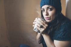Κορίτσι που φυσά ένα καυτό φλυτζάνι Στοκ φωτογραφία με δικαίωμα ελεύθερης χρήσης
