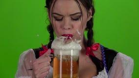 Κορίτσι που φυσά στα γυαλιά με την μπύρα και που αυτό στο πρόσωπό της κίνηση αργή απόθεμα βίντεο