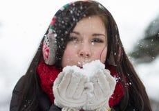 Κορίτσι που φυσά χνουδωτά snowflakes Στοκ εικόνες με δικαίωμα ελεύθερης χρήσης