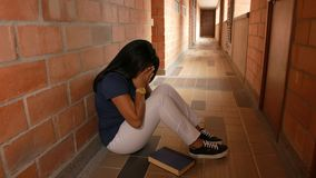 Κορίτσι που φωνάζει σε έναν διάδρομο απόθεμα βίντεο