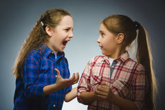 Κορίτσι που φωνάζει στο εκφοβισμένο δυσαρεστημένο κορίτσι μαύρο τηλέφωνο δεκτών έννοιας επικοινωνίας Στοκ Εικόνα