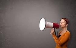 Κορίτσι που φωνάζει megaphone στο διαστημικό υπόβαθρο αντιγράφων Στοκ Εικόνες