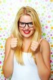 Κορίτσι που χαμογελά με τους αντίχειρες επάνω Στοκ εικόνες με δικαίωμα ελεύθερης χρήσης