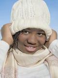 Κορίτσι που χαμογελά κάτω από το χειμερινό ήλιο Στοκ Εικόνα