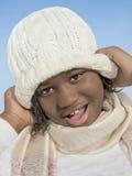Κορίτσι που χαμογελά κάτω από το χειμερινό ήλιο Στοκ Φωτογραφία