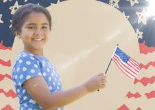 Κορίτσι που χαμογελά και που κρατά τη αμερικανική σημαία ενάντια συρμένη στη χέρι αμερικανική σημαία με τη φλόγα Στοκ Εικόνες
