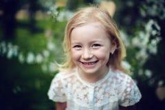 Κορίτσι που χαμογελά υπαίθρια Στοκ Εικόνες