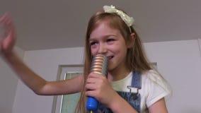 Κορίτσι που χορεύει και που τραγουδά απόθεμα βίντεο