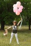 Κορίτσι που χορεύει με τα ρόδινα μπαλόνια στο πάρκο Κόμμα πικ-νίκ κοριτσιών στοκ φωτογραφίες με δικαίωμα ελεύθερης χρήσης