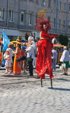 Κορίτσι που χορεύει στην οδό στο φεστιβάλ πόλεων Στοκ Εικόνες
