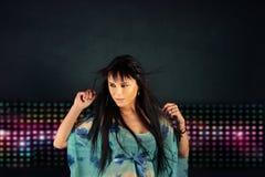 Κορίτσι που χορεύει στη λέσχη νύχτας Στοκ Εικόνες