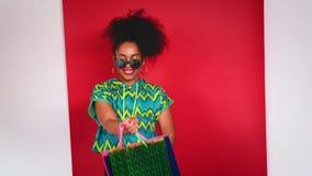 Κορίτσι που χορεύει στις συσκευασίες στούντιο για τις αγορές απόθεμα βίντεο