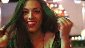Κορίτσι που χορεύει στο λούνα παρκ, που στέλνει το φιλί και την καρδιά στη κάμερα απόθεμα βίντεο