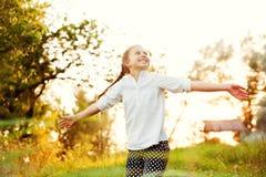 Κορίτσι που χορεύει στο φως του ήλιου Στοκ Εικόνες