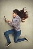 Κορίτσι που χρησιμοποιεί μια ταμπλέτα Στοκ φωτογραφία με δικαίωμα ελεύθερης χρήσης