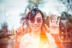 Κορίτσι που χρησιμοποιεί την τεχνολογία προόδου των μέσων μιγμάτων επίδειξης οθόνης αέρα ολογραμμάτων υπολογιστών στοκ εικόνες με δικαίωμα ελεύθερης χρήσης