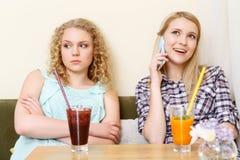 Κορίτσι που χρησιμοποιεί το κινητό τηλέφωνο στον καφέ Στοκ φωτογραφία με δικαίωμα ελεύθερης χρήσης