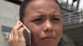 Κορίτσι που χρησιμοποιεί το τηλέφωνο κυττάρων, κυψελοειδής, κινητό φιλμ μικρού μήκους
