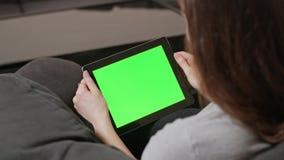 Κορίτσι που χρησιμοποιεί το ψηφιακό PC ταμπλετών με την μπλε οθόνη απόθεμα βίντεο