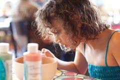 Κορίτσι που χρωματίζει ένα κύπελλο Στοκ φωτογραφία με δικαίωμα ελεύθερης χρήσης