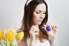 Κορίτσι που χρωματίζει τα αυγά Πάσχας Στοκ φωτογραφίες με δικαίωμα ελεύθερης χρήσης