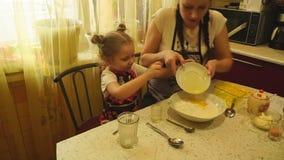 Κορίτσι που χύνει το λειωμένο βούτυρο απόθεμα βίντεο