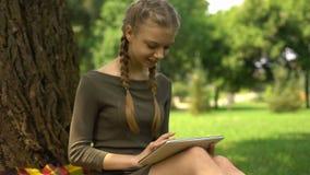 Κορίτσι που ψάχνει για το εκπαιδευτικό πρόγραμμα app στην ταμπλέτα, αλληλεπίδραση απόστασης απόθεμα βίντεο