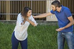 Κορίτσι που ψάχνει τη βοήθεια ενώ she& x27 πνίξιμο του s κατά τη διάρκεια της σίτισης στοκ εικόνες με δικαίωμα ελεύθερης χρήσης