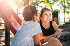 Κορίτσι που ψιθυρίζει στο αυτί φίλων της Στοκ Εικόνα