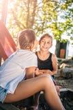 Κορίτσι που ψιθυρίζει στο αυτί φίλων της Στοκ Εικόνες