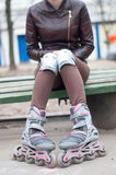 Κορίτσι ποδιών κυλίνδρων scates όμορφο υπαίθριο Στοκ εικόνα με δικαίωμα ελεύθερης χρήσης