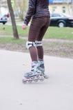 Κορίτσι ποδιών κυλίνδρων scates όμορφο υπαίθριο Στοκ εικόνες με δικαίωμα ελεύθερης χρήσης