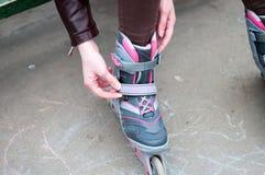 Κορίτσι ποδιών κυλίνδρων scates όμορφο υπαίθριο Στοκ φωτογραφία με δικαίωμα ελεύθερης χρήσης