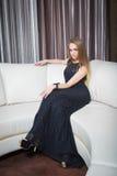 Κορίτσι πολυτέλειας στο φόρεμα βραδιού στις όμορφες τοποθετήσεις Στοκ φωτογραφία με δικαίωμα ελεύθερης χρήσης